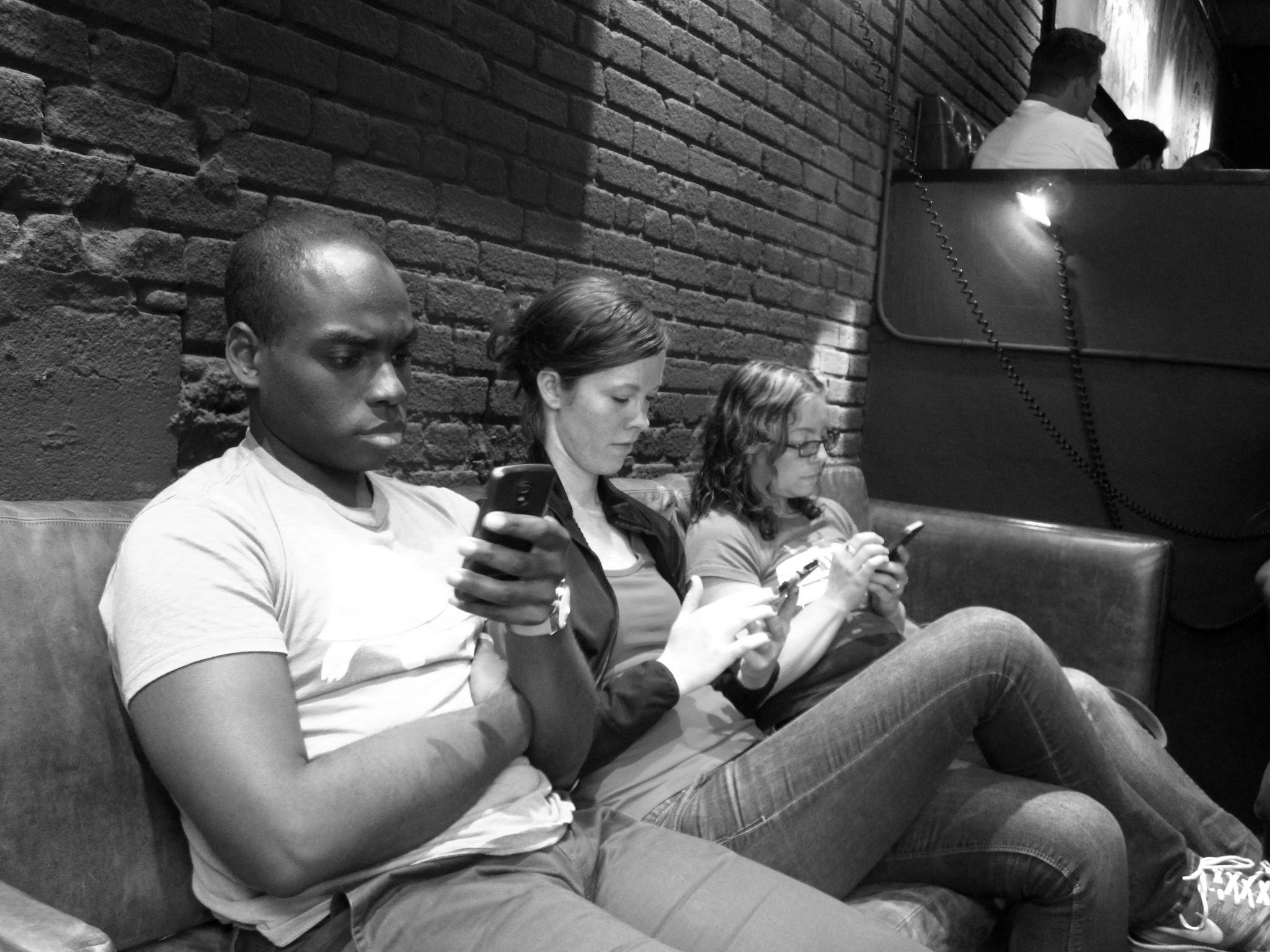 Il #mobile e la nuova socialità immobile: paure e opportunità per #GDO e #Retail